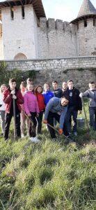 """Elevii Colegiului """"Mihai Eminescu"""" din Soroca au participat la plantarea copacilor pe malul râului Nistru"""